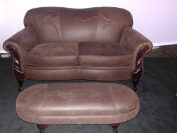 Un canapé deux places avec pouffe deux places