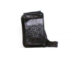 Un sac à main noir avec bandoulière ajustable