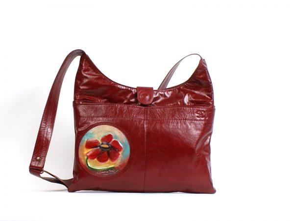 Un sac à main en cuir rouge