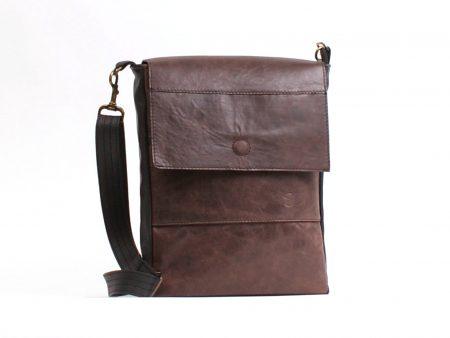 Le thimothé de la Collection Signature, est un magnifique sac à main pour homme