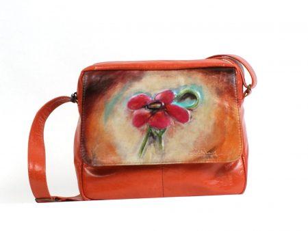 Sac à main en cuir orange avec une fleur sculptée