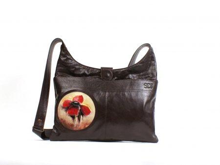 Un sac à main en cuir brun